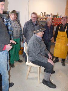 Schreinermeister Otto Weiss macht eine Sitzprobe
